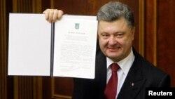 Ukrajinski predsednik, Petro Porošenko sa ratifikovanim sporazumom o pridruživanju sa EU, Kijev 16. septembar 2014.