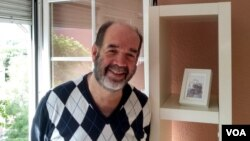 """Remo, positivo por la COVID-19 en España, califica al personal de salud que le atendió en el hospital Gregorio Marañón como """"ángeles azules""""."""