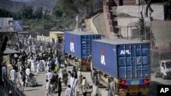 نیٹو قافلوں پر پابندی کے باعث ٹرکوں کا عملہ پریشانی کا شکار