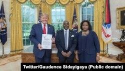 Perezida w'Amerika Donald Trump kumwe na Gaudence Sindayigaya aserukira Uburundi i Washington DC na madamu wiwe. Aha yari amushiriye ikete ryo gutangura imirimo yiwe