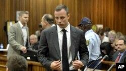 Oscar Pistorius saat hadir di pengadilan tinggi di Pretoria, Afrika Selatan, Senin (3/3).