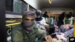 تصویری که ارتش سوریه از پیکارجویان داعش و خانواده آنها در اتوبوس برای انتقال به شرق سوریه منتشر کرده است.