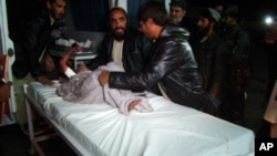 12月31日星期三晚﹐一名被火箭襲擊受傷的兒童正接受醫治。