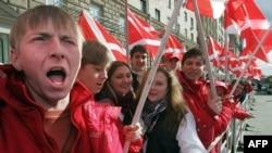"""亲克里姆林宫的""""我们人民""""运动的一名成员在美国驻莫斯科使馆前高呼反美口号(资料照)"""