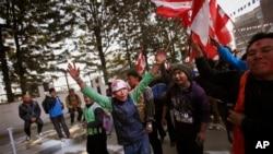 Para pendukung Partai Kongres Nepal meluapkan kegembiraan mereka sesaat setelah diumumkannya hasil pemilu di Katmandu, Nepal (21/11).