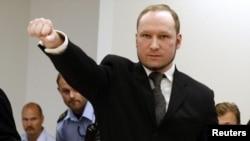 Pembunuh massal Norwegia, Anders Behring Breivik saat memasuki ruang sidang pengadilan di Oslo (foto; dok).