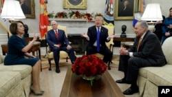 Liderka demokratske manjine u Predstavničkom domu Nancy Pelosi, potpredsjednik SAD Mike Pence, predsjednik SAD Donald Trump i lider demokratske manjine u Senatu Chuck Schumer na sastanku u Bijeloj kući, 11. decembar 2018.