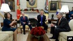 Tổng thống Donald Trump và Phó Tổng thống Mike Pence gặp gỡ Lãnh đạo Dân chủ Thượng viện Hoa Kỳ Chuck Schumer và Lãnh đạo Dân chủ Hạ viện Nancy Pelosi trong Phòng Bầu dục của Nhà Trắng, Washington, ngày 11 tháng 12, 2018.