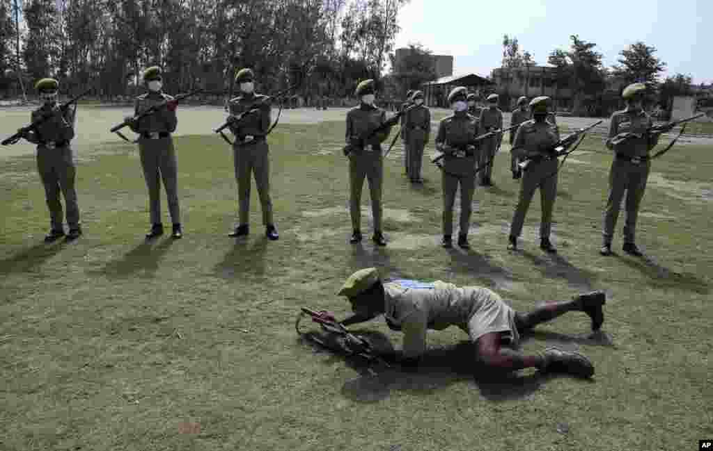 بھارتی کشمیر میں قانون نافذ کرنے والے اداروں کی مدد کے لیے مقامی افراد کو تربیت دی جارہی ہے۔