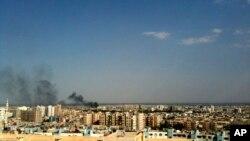 Une fumée est visible sur le quartier de Qaboun à Damas, Syrie, le 19 juillet 2012.
