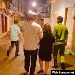 Cảnh công an bắt Phạm Đoan Trang nửa đêm ngày 6/10/2020. Photo Facebook Pham Doan Trang.