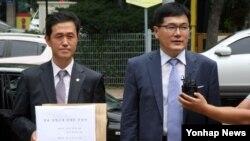 7일 오전 천암함 유가족 대표와 해군 장교 등 5명이 한국 의정부지법 고양지원에 천안함 폭침 사건의 의혹을 다룬 다큐멘터리 영화 '천안함 프로젝트'에 대한 상영금지 가처분 신청을 제기했다.