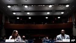 Anđela Andervud Džejkobs sluša Filoniza Flojda, brata Džordža Flojda, na pretresu o predloženim promenama policijske prakse i odgovornosti na Kapitol hilu 10. juna 2020.