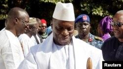 Yahya Jammeh accueillant le président nigérian Muhammadu Buhari à Banjul en Gambie, le 13 janvier 2017, 19 jours avant son retrait du pouvoir.