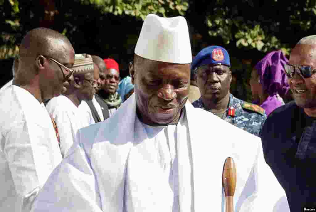 Le président gambien accueille le président nigérian à Banjul, en Gambie, le 13 janvier 2017.