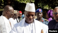 Yayha Jammeh accueille le président nigérian à Banjul, en Gambie, le 13 janvier 2017.