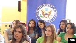 Vajza nga Kosova përgatiten për një konferencë në Boston