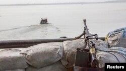 Une mitrailleuse sur un bateau au large de la côte atlantique, au Nigeria, le 19 décembre 2013.