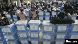 Komisi pemilu Timor Leste sedang mempersiapkan kotak untuk didistribusikan ke Dili (6/7). Timor Leste akan menggelar Pemilu Parlemen, Sabtu 7 Juli 2012.