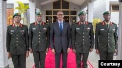 Perezida Kagame akikijwe n'abayobozi ba gisirikari bashya bo kumufasha kubungabunga umutekano yumvikanishije ko wugarijwe.