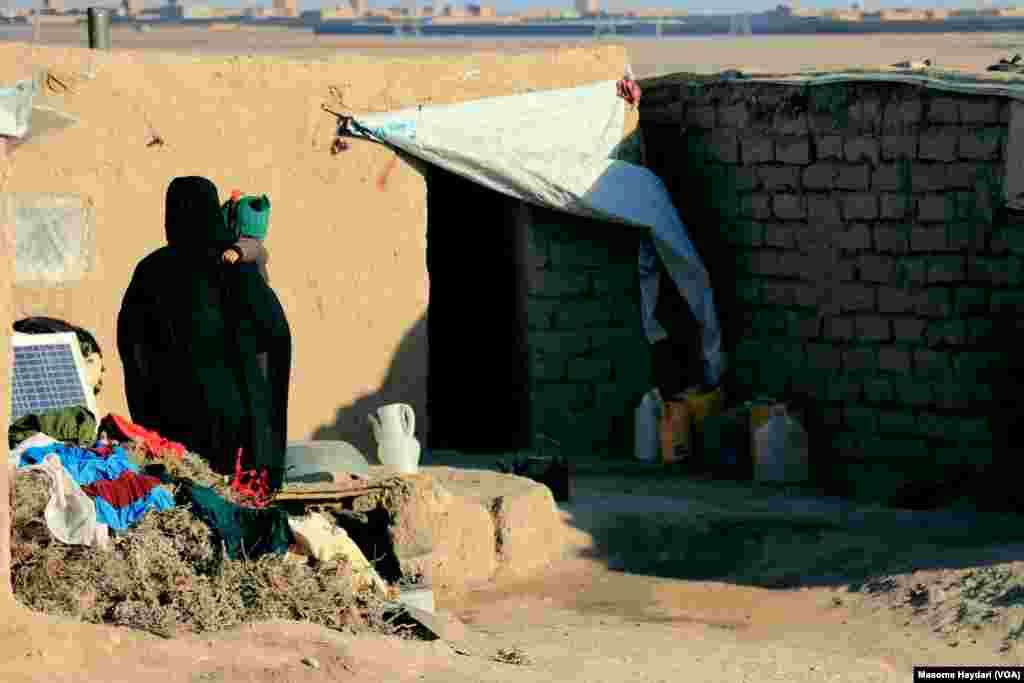 د افغانستان په اکثرو سیمو کې د باران او واورو ډیر کموالی د سختې وچکالۍ سبب شوی چې نه یواځې یې کرهڼیزې ځمکې زیانمنې کړي بلکه زیات شمیر څاروي یې هم له منځه وړي دي