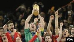 Juara Piala Dunia 2010 Spanyol masih menempati posisi puncak dalam daftar peringkat dunia yang dikeluarkan FIFA hari Rabu (15/12).