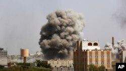 دارالحکومت صنعا میں آرمی اکیڈمی پر ایک فضائی حملے کے بعد دھواں اڑ رہا ہے۔ 20 ستمبر 2015