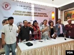 """Para pembicara dalam acara diskusi """"Reuni 212 Curi Start Kampanye, Bawaslu Harus Bangun Tidur"""" di Jakarta, Rabu (5/12). (VOA/Ghita)."""