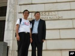 麦海华与李卓人与参议院罗素大楼(Russell Building)外合照