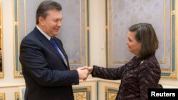 Ukraine's President Viktor Yanukovich (L) welcomes U.S. Assistant Secretary of State for European and Eurasian Affairs Victoria Nuland during a meeting in Kyiv, Feb. 6, 2014.