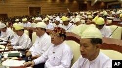 Các nhà lập pháp Miến Ðiện tham dự phiên họp của quốc hội ở Naypyitaw, ngày 23/4/2012