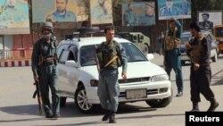 塔利班向昆都士發動協同攻擊, 星期一早上警察在昆都士戒備。