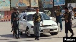 Afg'oniston politsiyasi Qunduz ko'chalarida, 3-oktabr, 2016-yil.