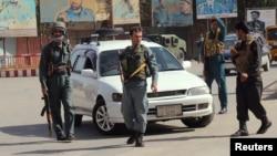 阿富汗警察在昆都士市中心放哨(2016年10月3日)