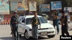 Polisi Afghanistan melakukan penjagaan ketat di pusat kota Kunduz, Afghanistan, 3 Oktober 2016. (REUTERS/Nasir Wakif)