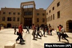 Para mahasiswa di Universitas Amerika di Kairo di New Cairo, Mesir. Universitas yang didirikan pada tahun 1919 oleh seorang misionaris Amerika. (Foto: AP/Maya Alleruzzo)