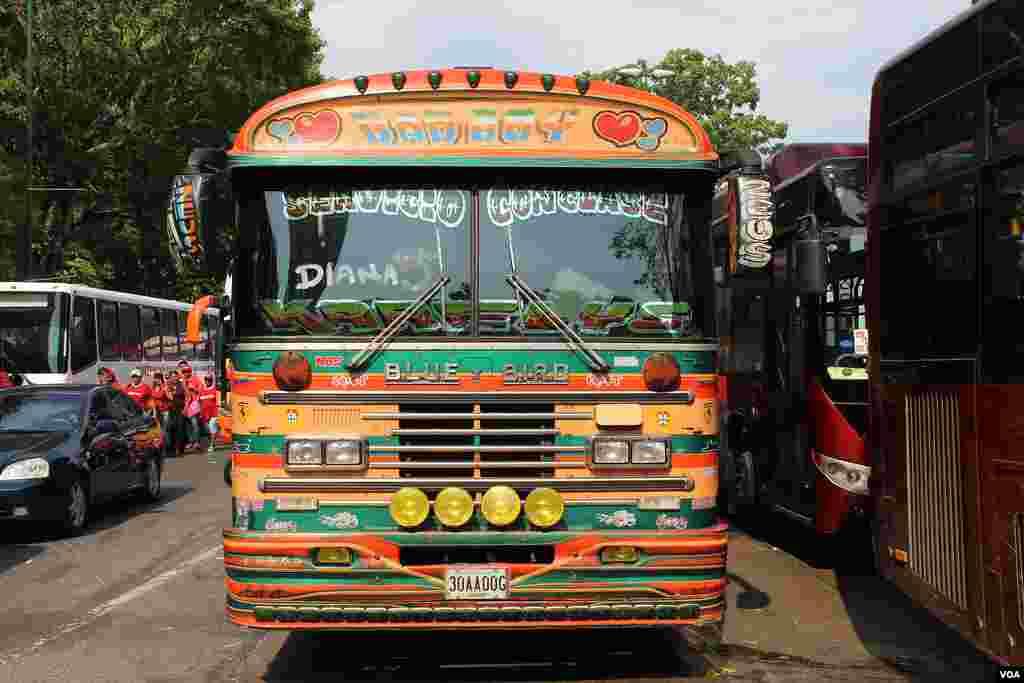 Activistas de Maduro llegaron a Caracas en este autobus [VOA]