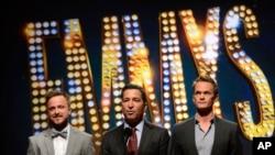 De izquierda a derecha, Aaron Paul, Bruce Rosenblum y Neil Patrick durante la Primetime de la 65 edición de los premios Emmy.