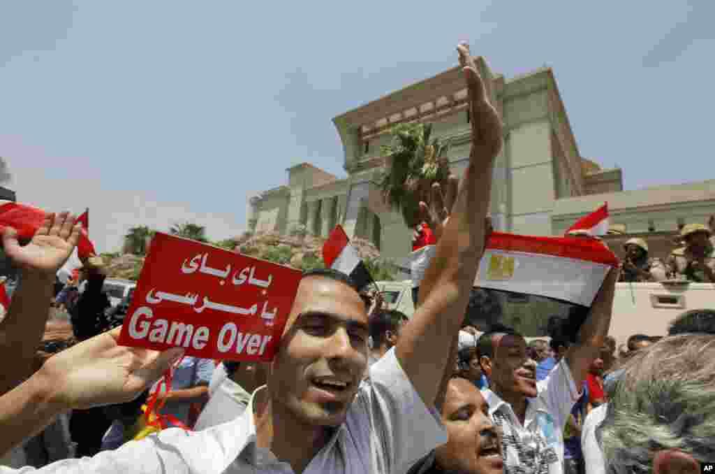 """Dân Ai Cập ăn mừng sau khi Chánh thẩm Ai Cập Adly Mansour tuyên thệ nhậm chức Tổng thống Lâm thời Quốc Gia, 4-7-2013. Bảng chữ Ai Cập có nghĩa là """"giã từ Morsi."""""""