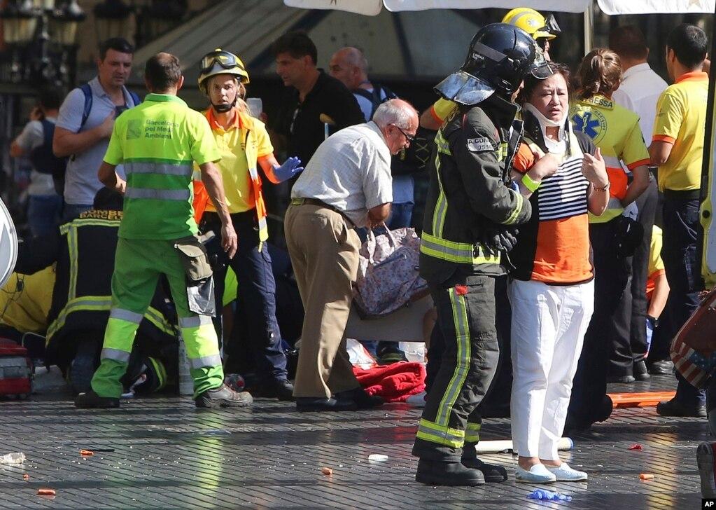 受伤者在现场接受救治。