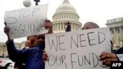 Beberapa demonstran mendesak Kongres AS segera mengakhiri penutupan parsial operasi pemerintah AS dalam unjuk rasa di depan gedung Capitol di Washington DC, Rabu (9/10).