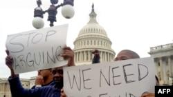"""示威者在美国国会山前要求政府全面恢复运转,标语写着""""别吵了""""""""我们需要经费"""""""