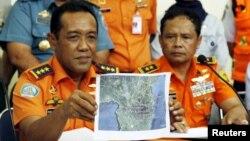 Ketua Basarnas Henry Bambang Soelistyo, memperlihatkan peta titik pencarian hilangnya pesawat Aviastar dalam konferensi pers di Makassar, Sulawesi Selatan (3/10).