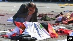 Чоловік плаче над тілом жертви вибуху в Анкарі 10 жовтня 2015 року.