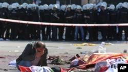 Một người đàn ông than khóc gần một thi thể tại nơi xảy ra vụ nổ ở Ankara hôm 10/10.