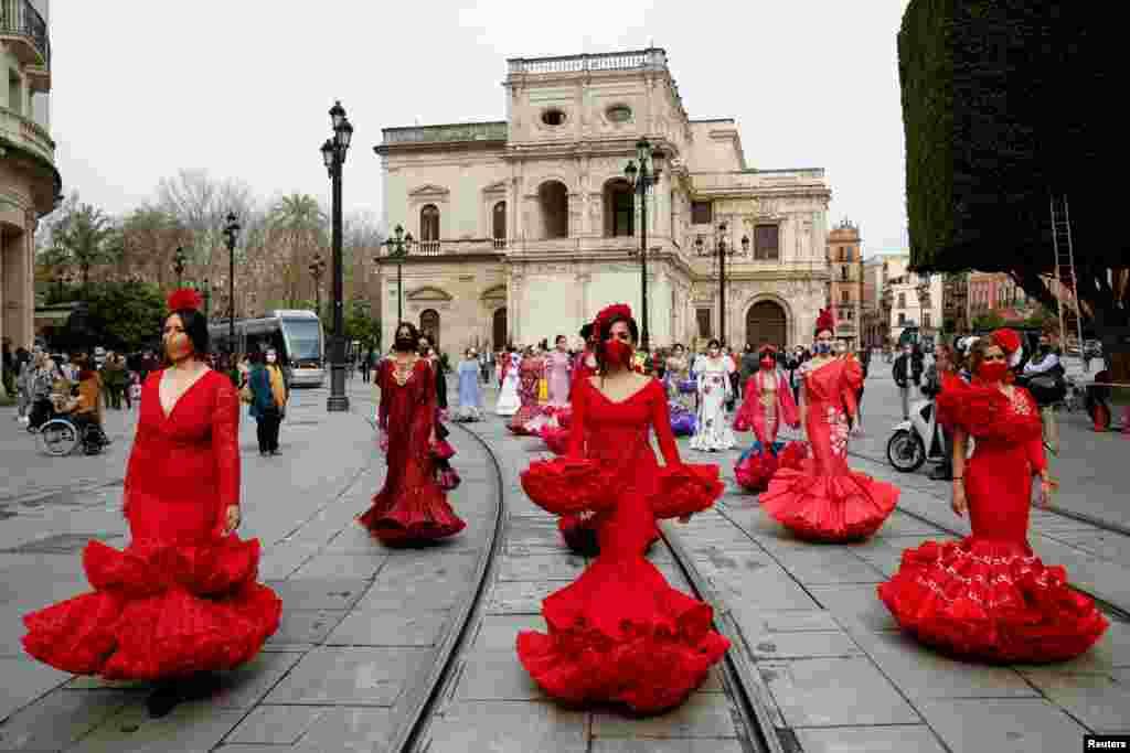 İspaniyanın Sevilya şəhərində flamenko paltarı geyinmiş qadınlar koronavirus pandemiyası səbəbilə flamenko moda sənayesində yaranan böhrana qarşı etiraz edirlər.