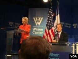 威尔逊国际学者中心的负责人哈曼介绍前副国务卿伯恩斯(美国之音莉雅拍摄)