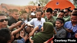 Presiden Joko Widodo menyalami para korban gempa di Lombok Utara, Nusa Tenggara Barat, Senin 13/8    (Courtesy: Setpres RI).