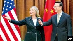 지난 4일 중국을 방문한 힐러리 클린턴 미 국무장관을 영접하는 중국의 양제츠 외교부장(자료사진)