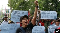 An activist shouts a slogan during a solidarity rally for workers of U.S. mining giant Freeport-McMoran outside the company's Indonesian headquarters in Jakarta, Indonesia, October 11, 2011 (file photo).